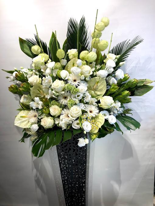高級感のある 白・グリーン アンティークスタンド花