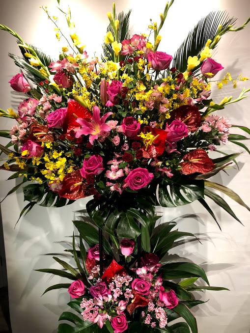 華やかなピンク系 2段スタンド花