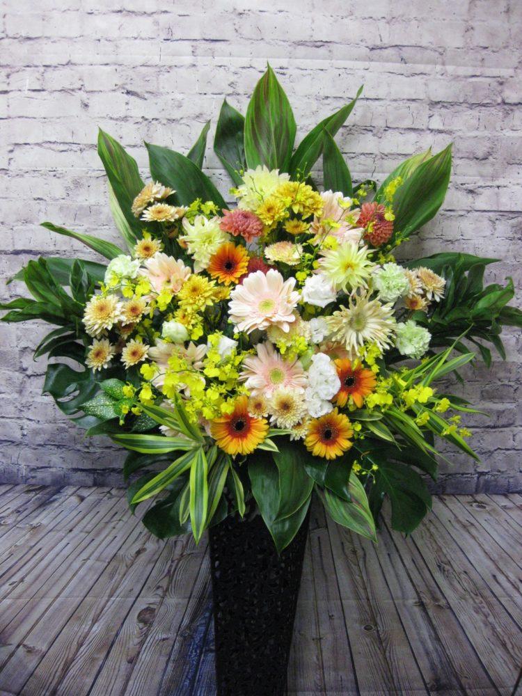 温かみのある色合いのアンティークスタンド花