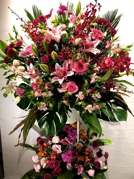 赤系華やかな2段スタンド花