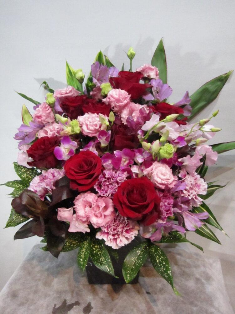 バラとトルコキキョウで華やかな 赤・ピンクアレンジメント