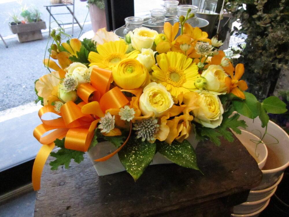 ビタミンカラーの旬の花MIXアレンジメント