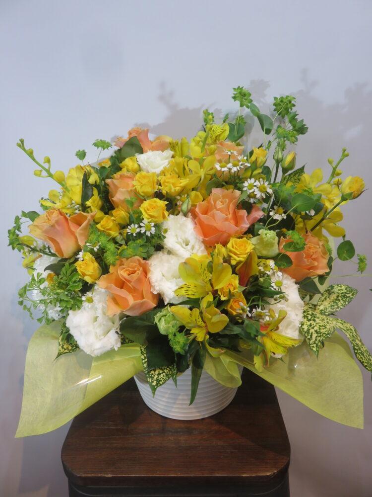 様々な御祝に!バラが詰まったイエローオレンジのアレンジメント