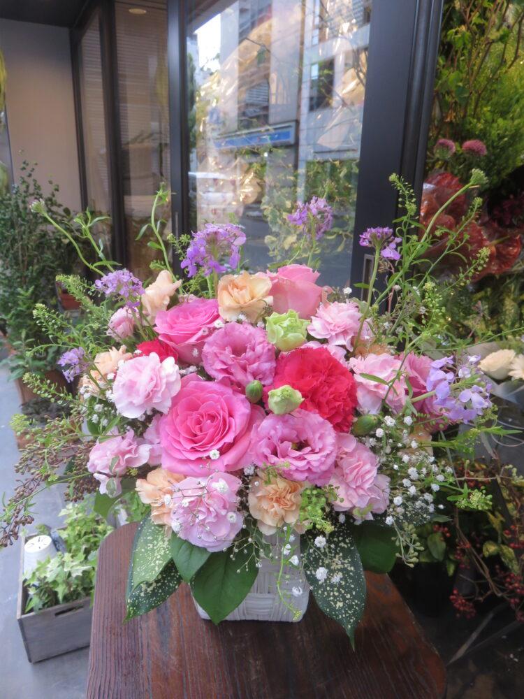 ピンクや紫など柔らかい色合いのアレンジメント!!