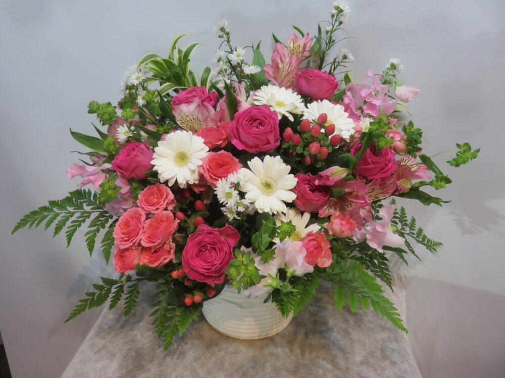 バラをメインにしたふんわりピンク系アレンジメント!!