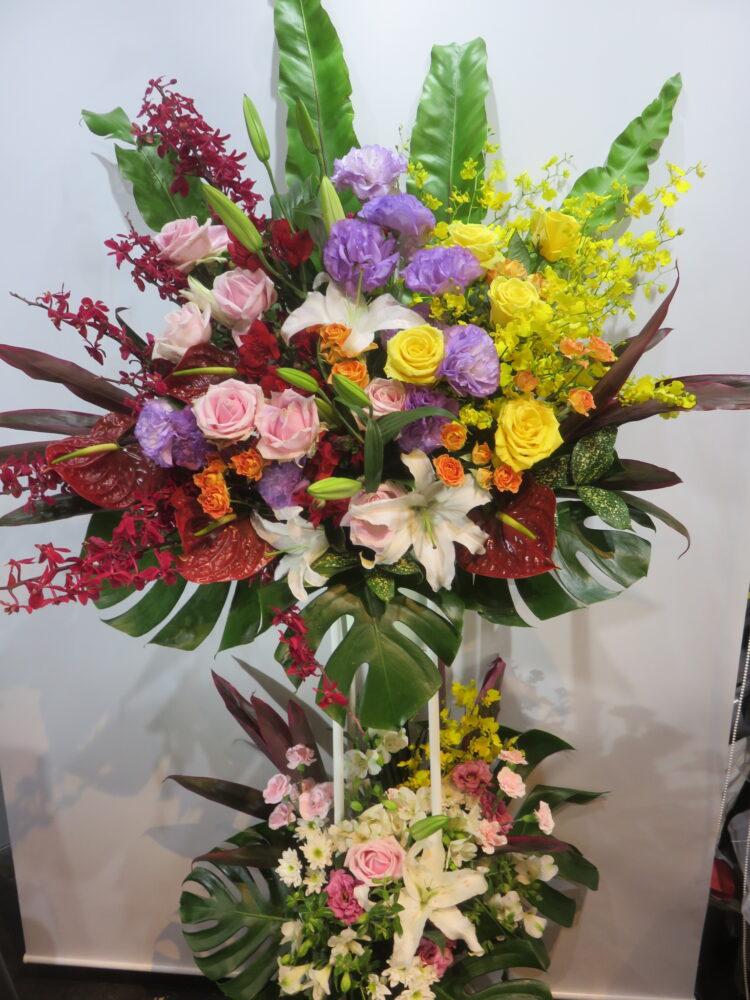 バラ・ユリを混ぜ合わせたカラフルな2段スタンド花