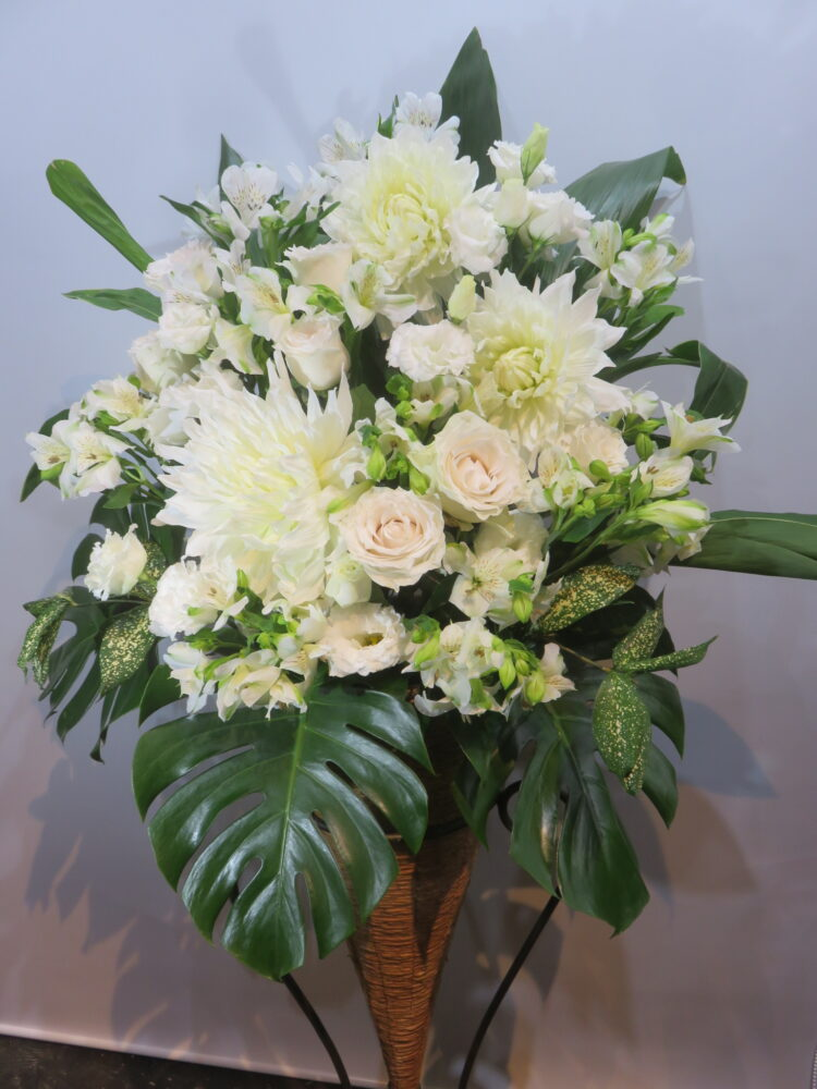 大輪のお花で純白のコーンスタンド゙花